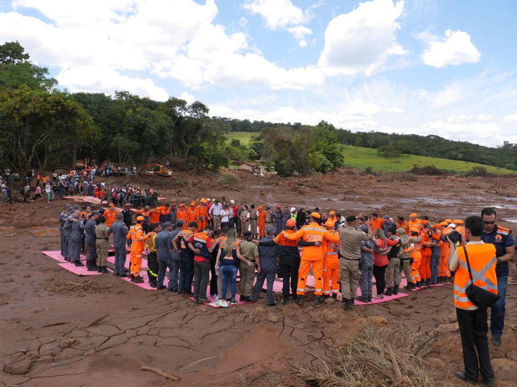 """Cerimônia em homenagem às vítimas em meio ao """"mar"""" de lama pós-rompimento da barragem de Brumadinho"""